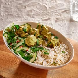 Rijst met kerrieballetjes en komkommersalade