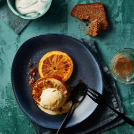 Vanille-ijs met gegrilde sinaasappel en kruidkoek