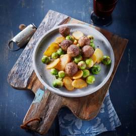 Gebakken aardappels met gehaktballetjes en spruitjes