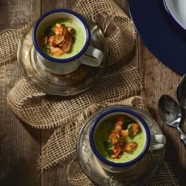 Crispy courgettesoep met garnalen en doperwten