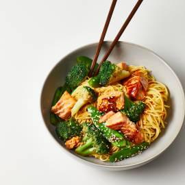 Teriyaki-noedels met zalm, peultjes en broccoli