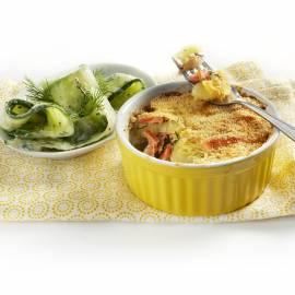 Zalm-aardappelschotel met komkommersalade