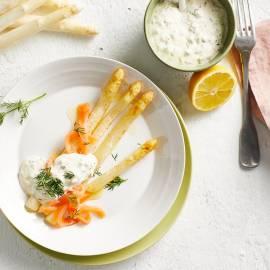 Witte asperges met gerookte zalm en kappertjessaus