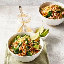 Oosterse rijstsalade met garnalen en broccoli