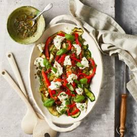 Courgettesalade met gepofte paprika en mozzarella