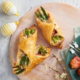 Bladerdeeghapjes met groene asperges en ham