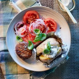 Gepofte gevulde aardappel met tartaar en tomatensalade