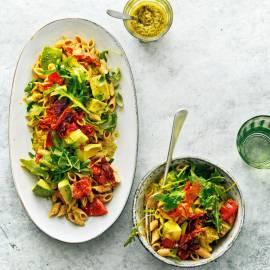 Pastasalade met pesto en avocado