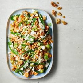 Zoete-aardappelsalade met peultjes, feta en walnoten