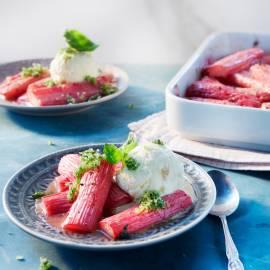 Gestoofde rabarber met gember-ijs
