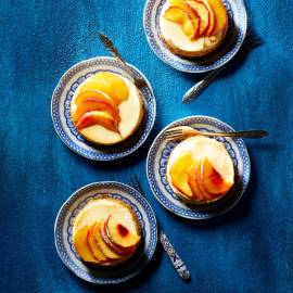 Abrikozenkwarktaartjes met gekaramelliseerde nectarine