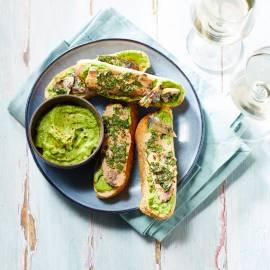 Focaccia-toast met erwtenhummus en sardine
