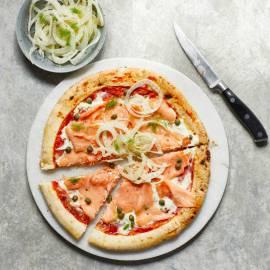 Pizza met citroen-mascarpone en gerookte zalm
