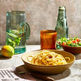 Spaghetti cacio e pepe met rucolasalade