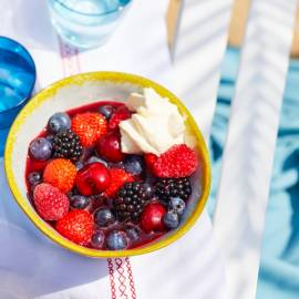 Aardbei-frambozencoulis met zomerfruit