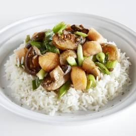 Roerbakschotel met vis en champignons