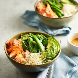 Saladebowl met avocado en zalm