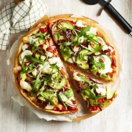 Broodpizza met gegrilde avocado