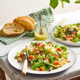 Maaltijdsalade met appel, bleekselderij en amandel