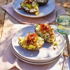 Gevulde avocado met rijst en tonijn
