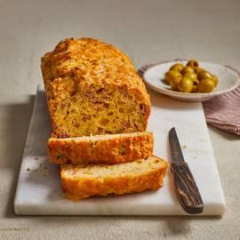 Cake met ham, kaas en olijven