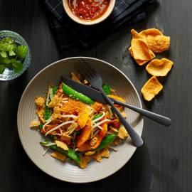 Salade van geroosterde pompoen met sugarsnaps en pindadressing