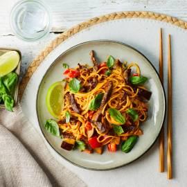Currynoedels met biefstuk en aubergine