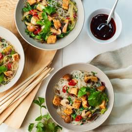 Noedels met crispy tofu en Chinese kool