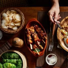Vega-saté met gebakken uitjes en sesam