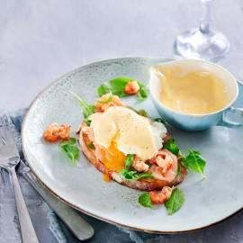 Gepocheerd ei hollandaise met zalm en rivierkreeftjes