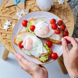 Smashed avocado met gepocheerd ei, kip en tomaatjes