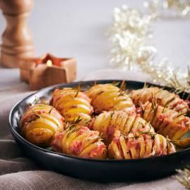 Hasselback-aardappels met groene kruiden en krokant spek
