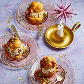 Soezen met ijs, pistache en mokkasaus