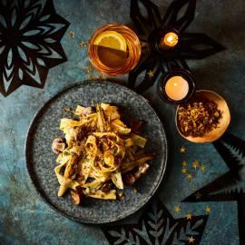 Pappardelle met kastanjechampignons, witlof en pistache-kruidentopping