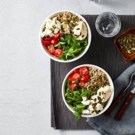 Quinoa-bowl met hummus en pompoenpitten