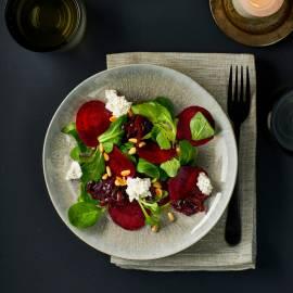 Salade van geschaafde bietjes met uiencompote