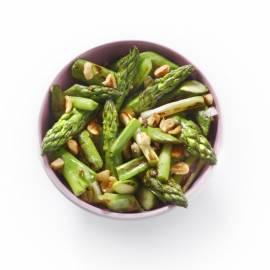Groene aspergesalade met bosui en hazelnoten