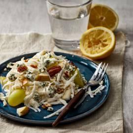 Fruitige knolselderijsalade met blauwe kaas