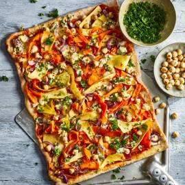 Pizza met pastinaak, blauwe kaas en hazelnoten