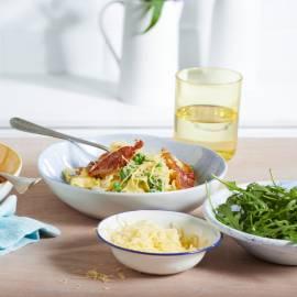 Pasta met roomsaus, doperwten en knapperige parmaham