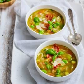 Lichte minestrone met tuinbonen, courgette en pancetta
