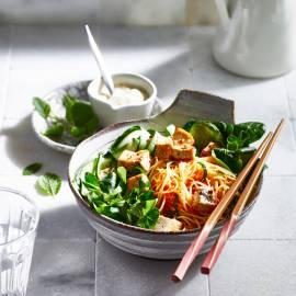 Noedelsalade met knapperige tofu