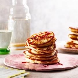 American pancakes met rozijnen en pecannoten