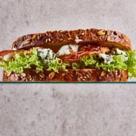 Sandwich met blauwe kaas en krokante pancetta
