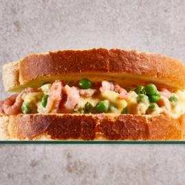 Sandwich doperwten-eiersalade met garnalen