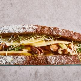 Sandwich oude kaas met honing-mosterdsaus