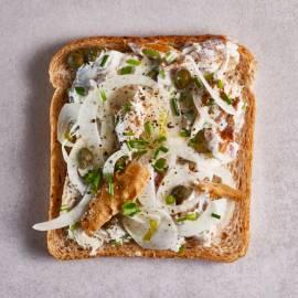 Sandwich gerookte makreel met venkel