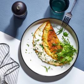 Soufflé-omelet met verse kruiden en geitenkaas