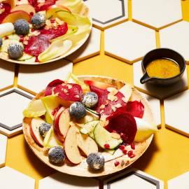 Bonte salade met geitenkaas en honingdressing