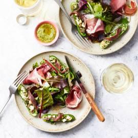 Salade met gevulde komkommer en parmaham